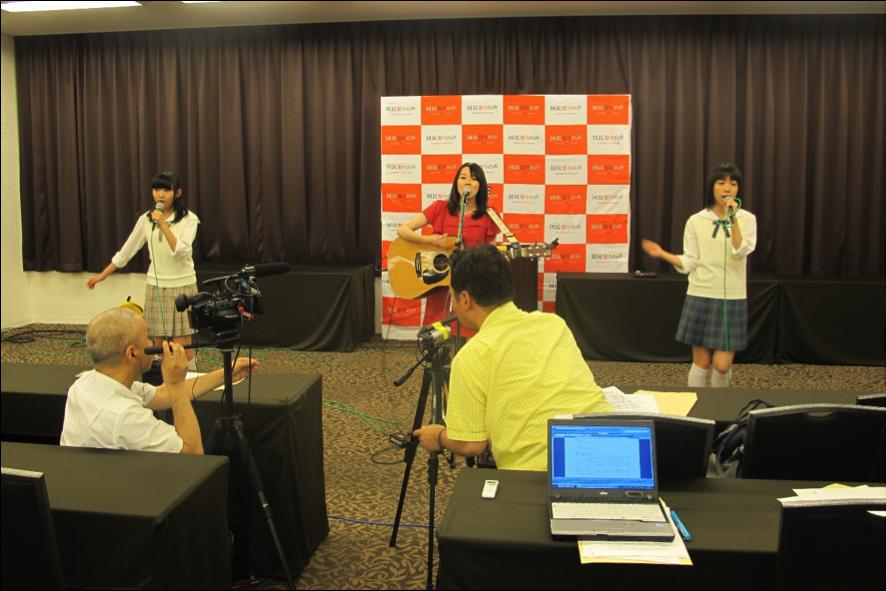 制服向上委員会のRIANさん、橋本美香さん、野見山杏里さん(左から)。野見山さんは19歳で今回から投票権を得たとのこと