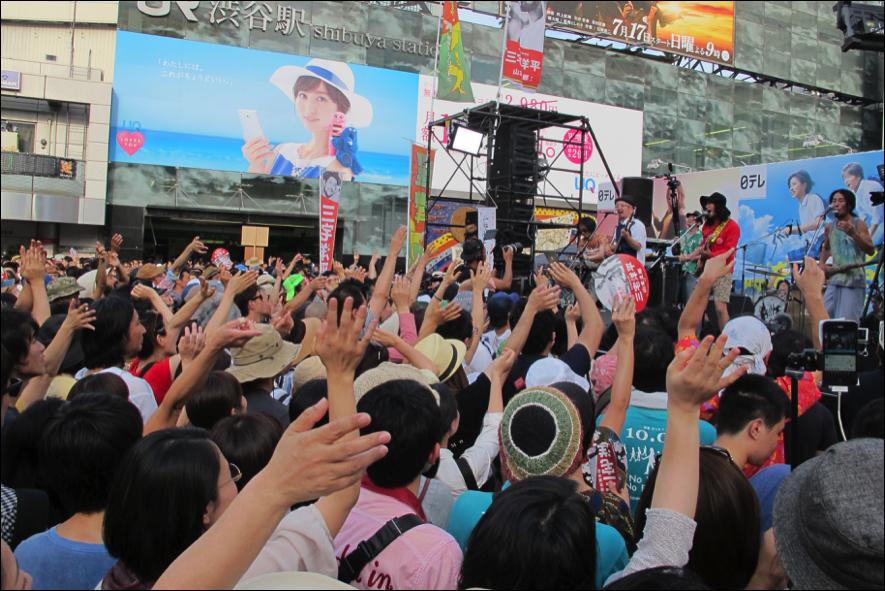 Dachamboの演奏に沸く渋谷ハチ公前