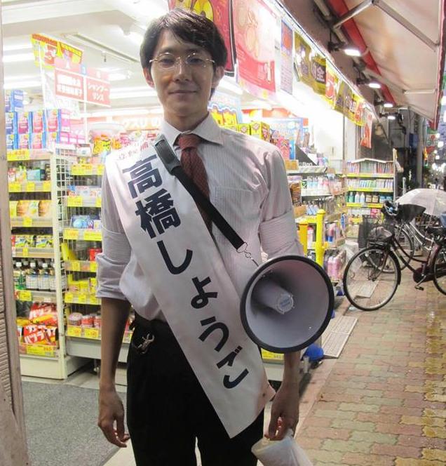 (選挙期間中の高橋氏。ボランティアも少なく、ほぼ1人で活動していた)