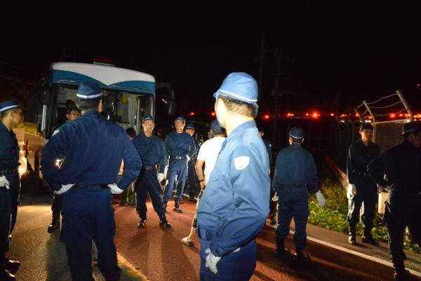 (はるか奥の赤い点滅灯が警察車両。車列は延々と続いていた。=3日午前4時57分、東村赤橋南詰 撮影:筆者=)