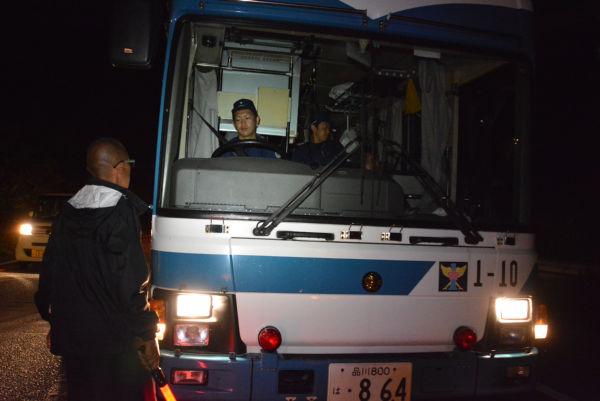 (品川ナンバーの警察車両が、我がもの顔で沖縄を走る。=3日午前4時46分、東村赤橋南詰 撮影:筆者=)