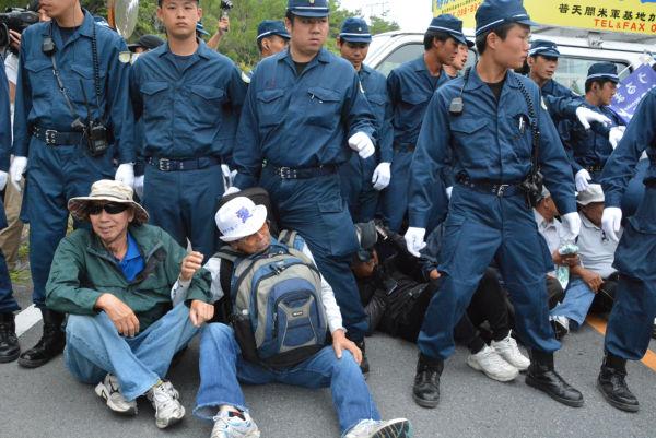 (警察はこの日、住民・市民40人に対して160人の機動隊員を出して道路から強制排除した。=1日、東村高江 撮影:筆者=)