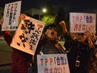 「大筋合意」の発表を受け、抗議の市民が官邸前に集まった。=2015年10月6日、官邸前。撮影:筆者=