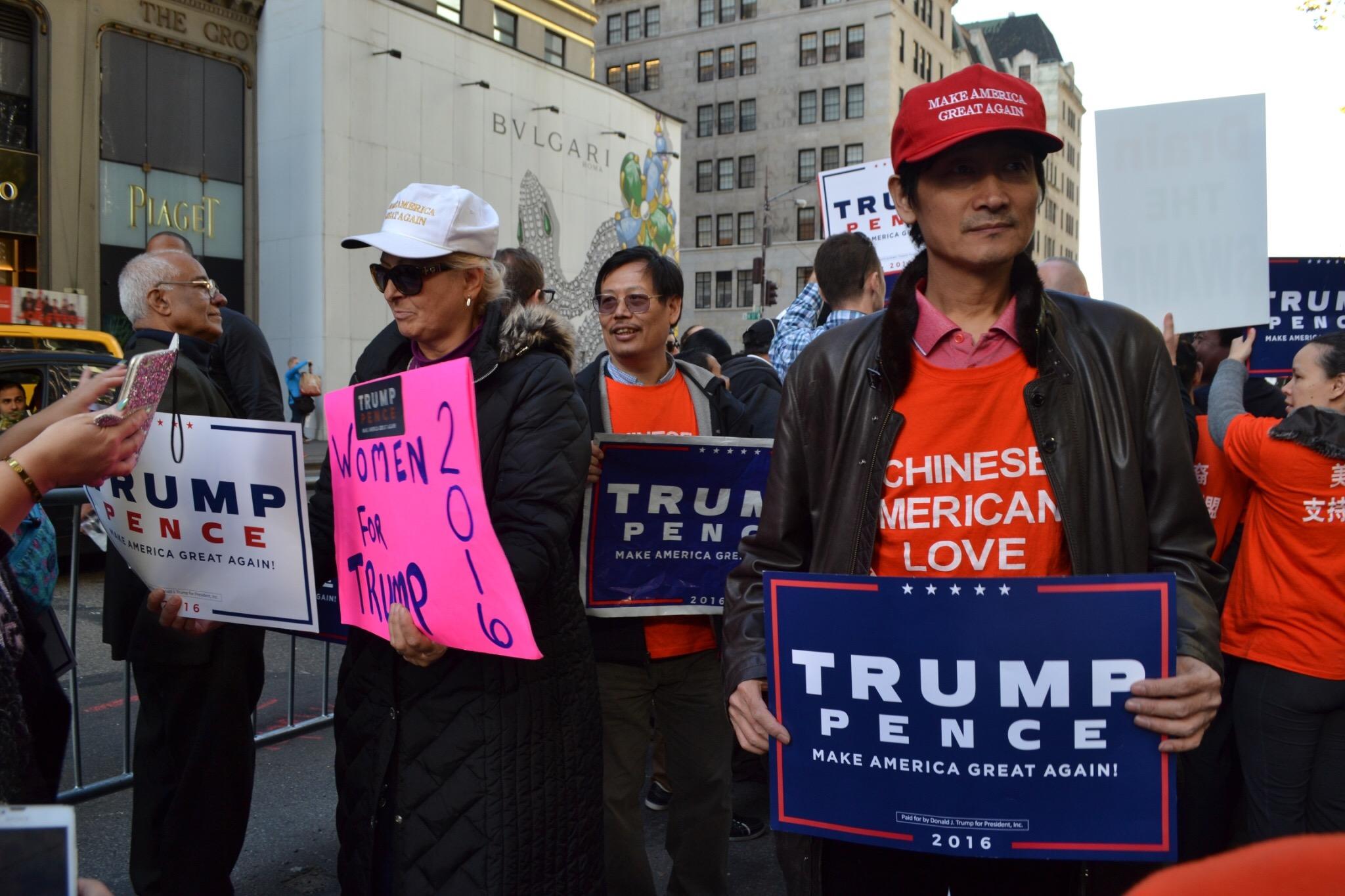 (手前の男性のTシャツには「中国系アメリカ人はトランプを支持する」と書いてあります)