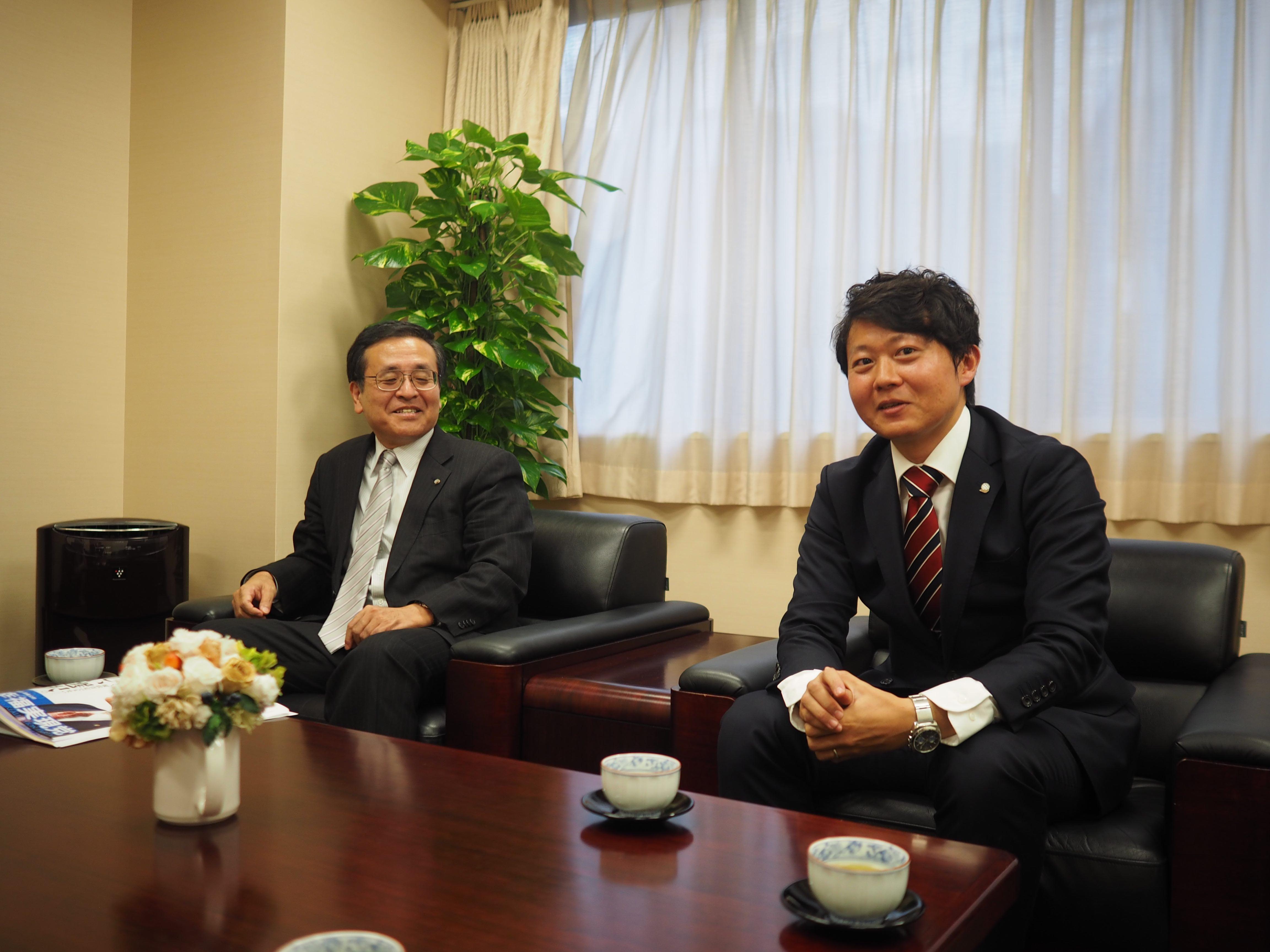選対委員長 松島弘典氏(左)と吉井としみつ氏(右)